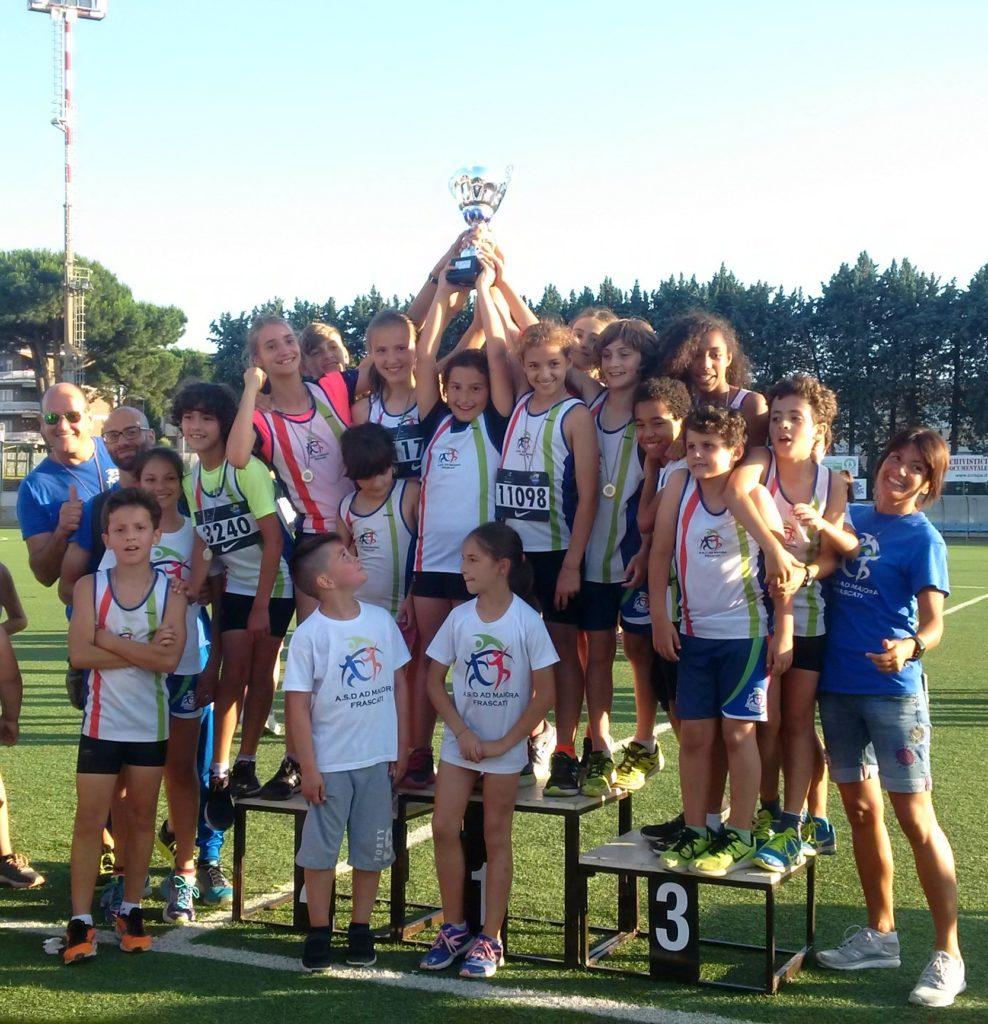 Gli esordienti e i ragazzi AD MAIORA FRASCATI hanno vinto a Ciampino la SuperCoppa Athletics 2018. Nella foto con i loro istruttori Veronica Correale e Matteo Moretti.